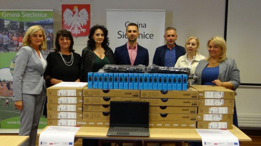 Dyrektorzy szkół z terenu Gminy Siechnice wraz z Zastępcą Burmistrza Siechnic Mariuszem Różnowiczem i kierownikiem Wydziału Edukacji Wiolettą Odorczyk