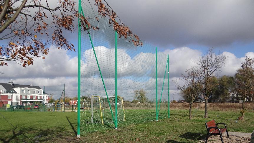 Zielony piłkochwyt na boisku trawiastym