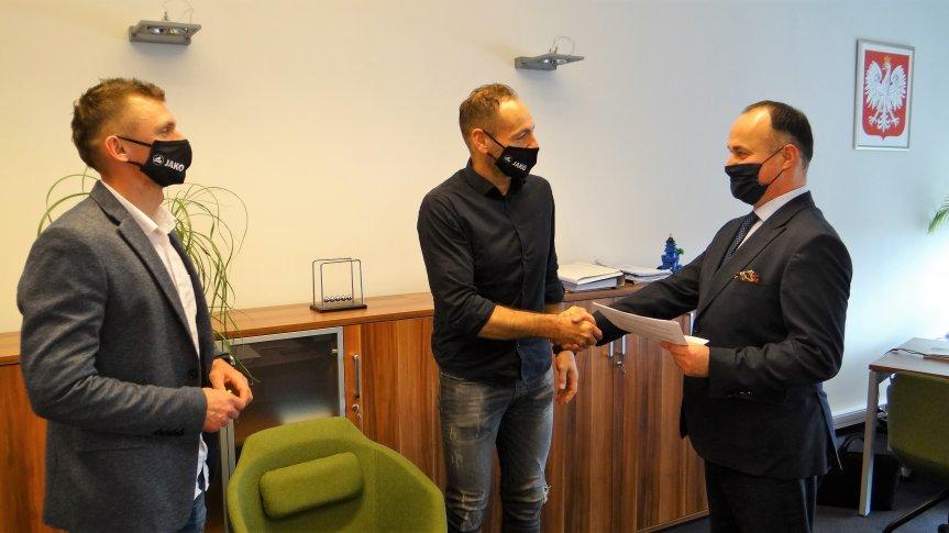 Burmistrz Siechnic Milan Ušák oraz przedstawiciele klubu MKS Siechnice