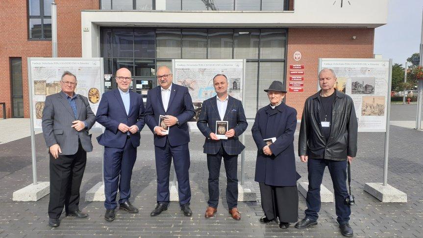"""Uroczyste otwarcie wystawy """"Święta Trójca naszym dziedzictwem""""- zdjęcie gości przed UM w Siechnicach"""