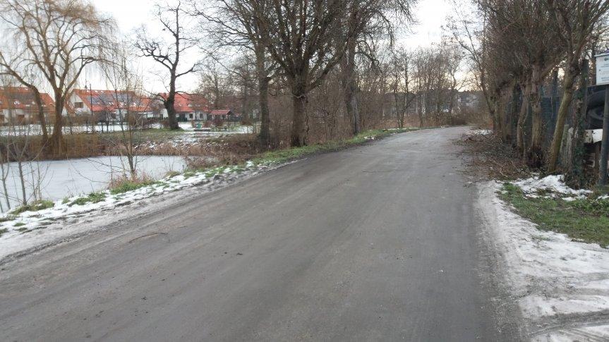 widok na staw z ul. Parkowej w Radwanicach